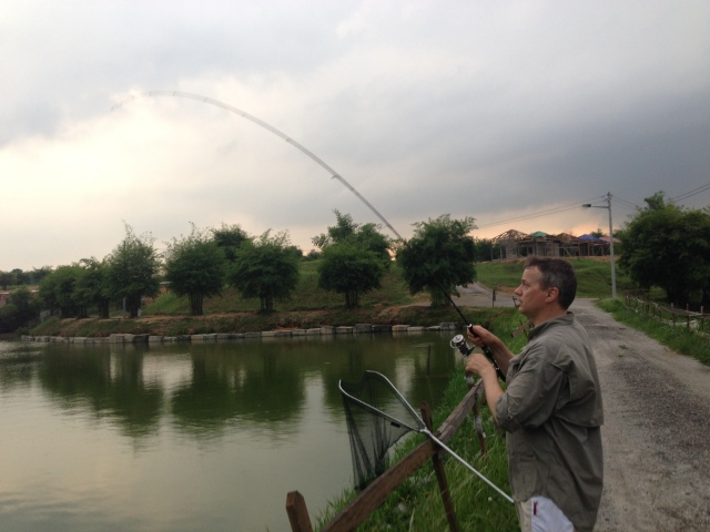 (L) Fighting a Pacu on light tackle (19.04.14)